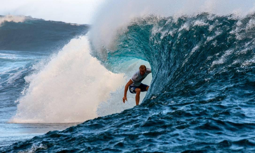 O australiano Owen Wright encara um paredão no Pro Tahiti, World Surf league tour n°3 GREGORY BOISSY / AFP