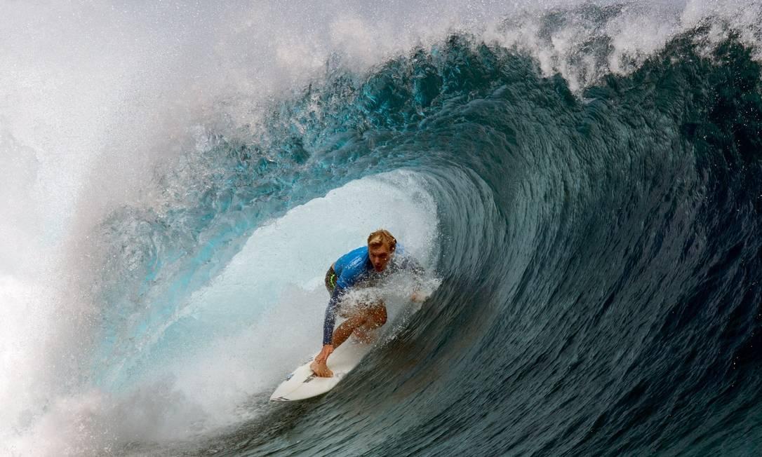 O surfista havaiano Sebastian Zietz compete no Billabong Pro Tahiti, na Polinésia Francesa, durante a etapa do World Surf league tour GREGORY BOISSY / AFP