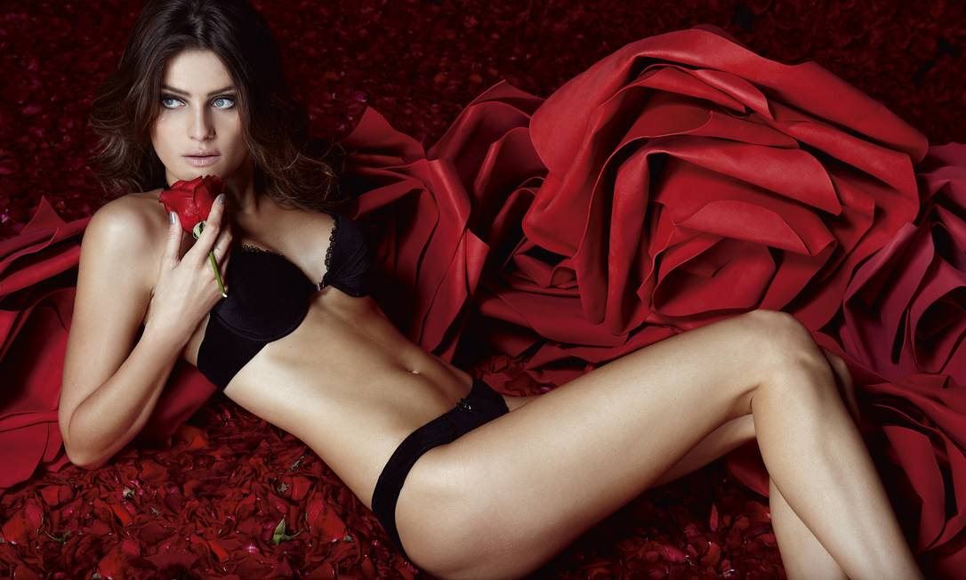 """Isabeli Fontana: """"Adoro uma lingerie provocante. Uso para o Diego (ela é noiva do cantor Di Ferrero, da banda NX Zero). Os sutiãs da Leonisa, por exemplo, dão volume aos seios, um desenho bonito. O Di vai à loucura"""" Divulgação/ Renan Christofoletti"""