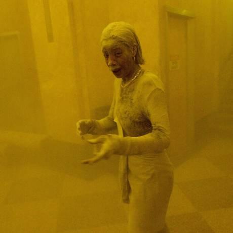 Coberta de pó, Marcy Borders se refugia em um prédio de escritórios depois de uma das torres do World Trade Center entrar em colapso em 11 de setembro de 2001 Foto: STAN HONDA / AFP