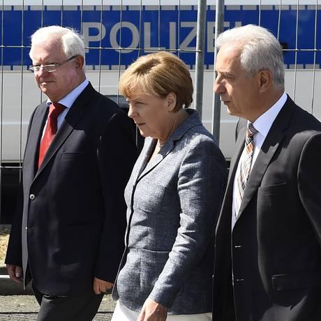 Em visita, Merkel foi vaiada por manifestantes e celebrada por refugiados Foto: TOBIAS SCHWARZ / AFP