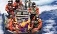 Foto de 23 de agosto mostra imigrantes resgatados pela Marinha alemã no Mar Mediterrâneo, perto da Itália