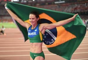 Fabiana Murer comemora sua medalha de prata em Pequim Foto: JOHANNES EISELE / AFP