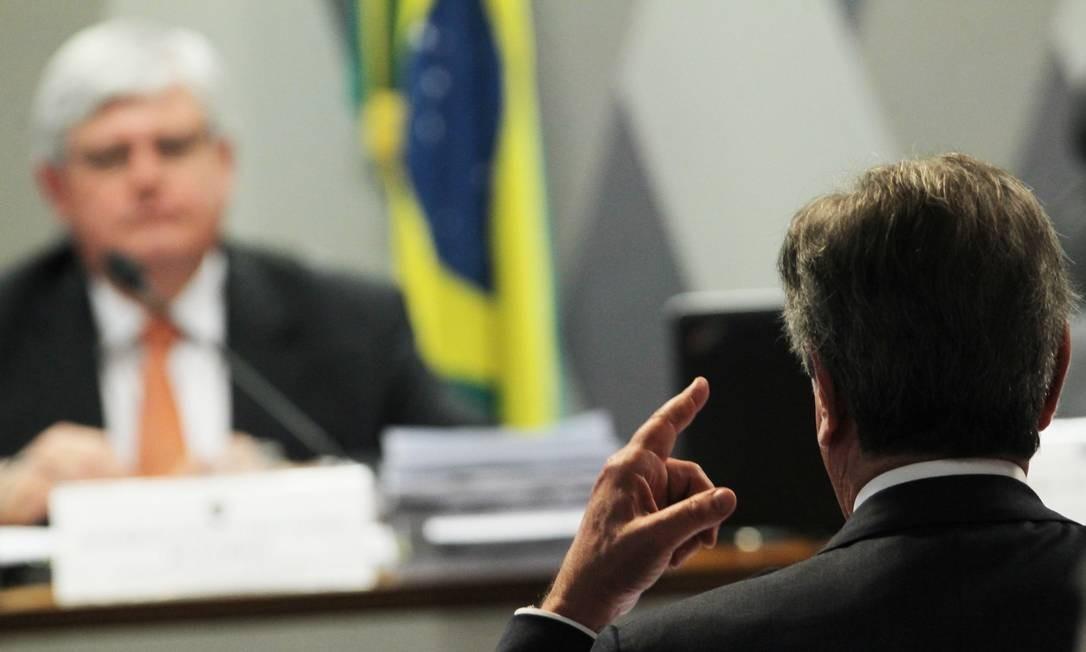 O senador Fernando Collor, (direita) e o ex-procurador-geral da República Rodrigo Janot, na sessão da Comissão de Constituição e Justiça (CCJ), em que Rodrigo Janot foi sabatinado para ocupar a PGR. Collor foi denunciado por Janot Foto: Jorge William / Agência O Globo - 26/08/2015