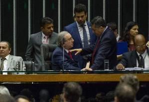 O deputado Eduardo Cunha, presidente da Câmara, conversa com Leonardo Picciani e José Guimarães, durante sessão de discussão na Câmara dos Deputados Foto: André Coelho / Agência O Globo