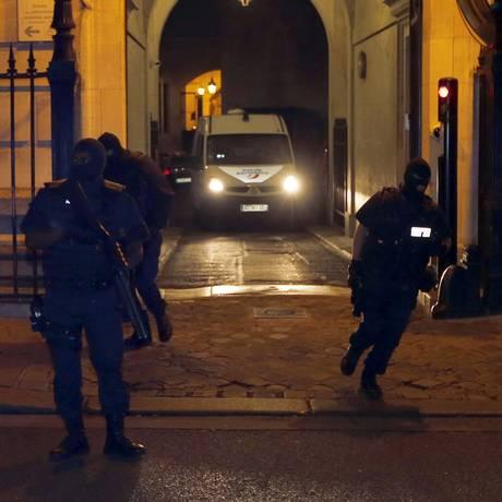 Veículo da polícia supostamente transporta o marroquino Ayoub el Khazzani para fora do tribunal em Paris. Foto: REGIS DUVIGNAU / REUTERS