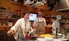Roberta Sudbrack e Paolo Lavezzini cozinharam juntos na Livraria Cultura Foto: Cecilia Acioli / O Globo