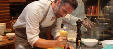 Paolo Lavezzini, do Fasano, no preparo da massa artesanal. Foto: Cecilia Acioli / O Globo