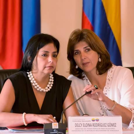 Chanceleres da Venezuela e da Colômbia, Maria Angela Holguin e Delcy Rodriguez, participam de reunião em Cartagena Foto: STRINGER/COLOMBIA / REUTERS