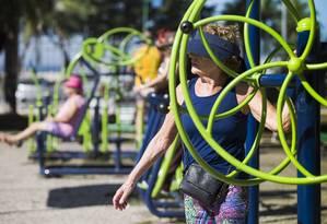 Idosos se exercitam em uma das academias ao ar livre do Rio: programas de prevenção e promoção da vida saudável podem ajudar a diminuir descompasso entre expectativa de vida e incapacitação Foto: Ana Branco