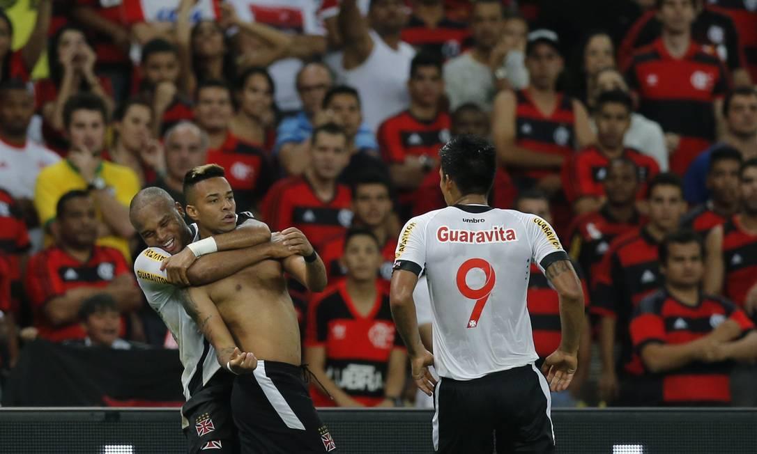 Rafael Silva é abraçado por Anderson Salles ao fazer o gol da classificação do Vasco Alexandre Cassiano / Agência O Globo