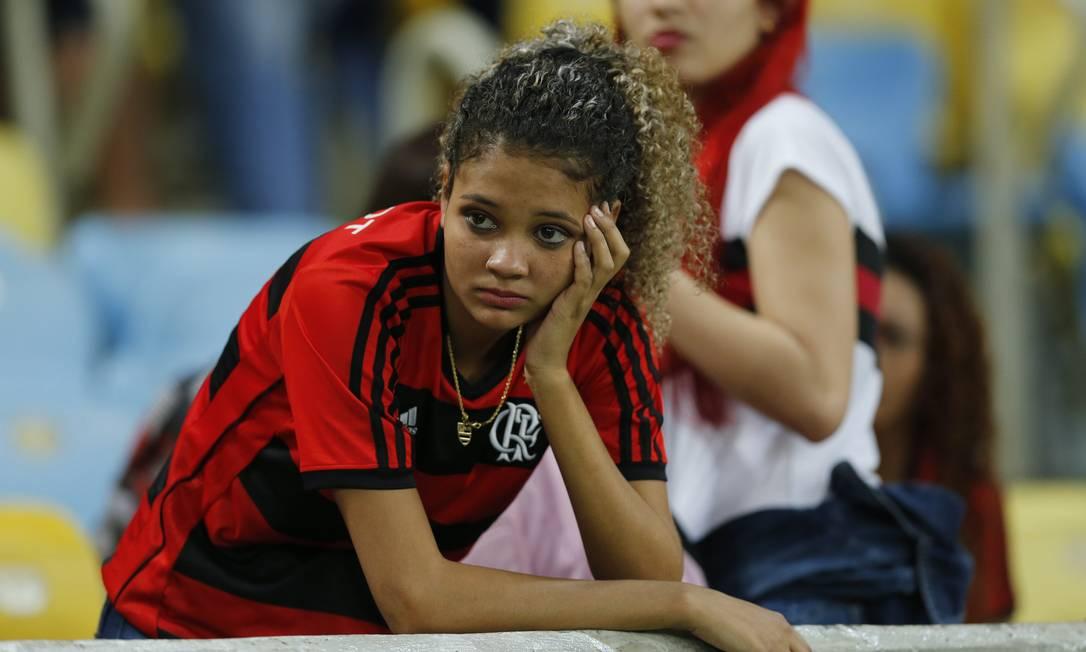 A desolação da torcedora do Flamengo Alexandre Cassiano / Agência O Globo