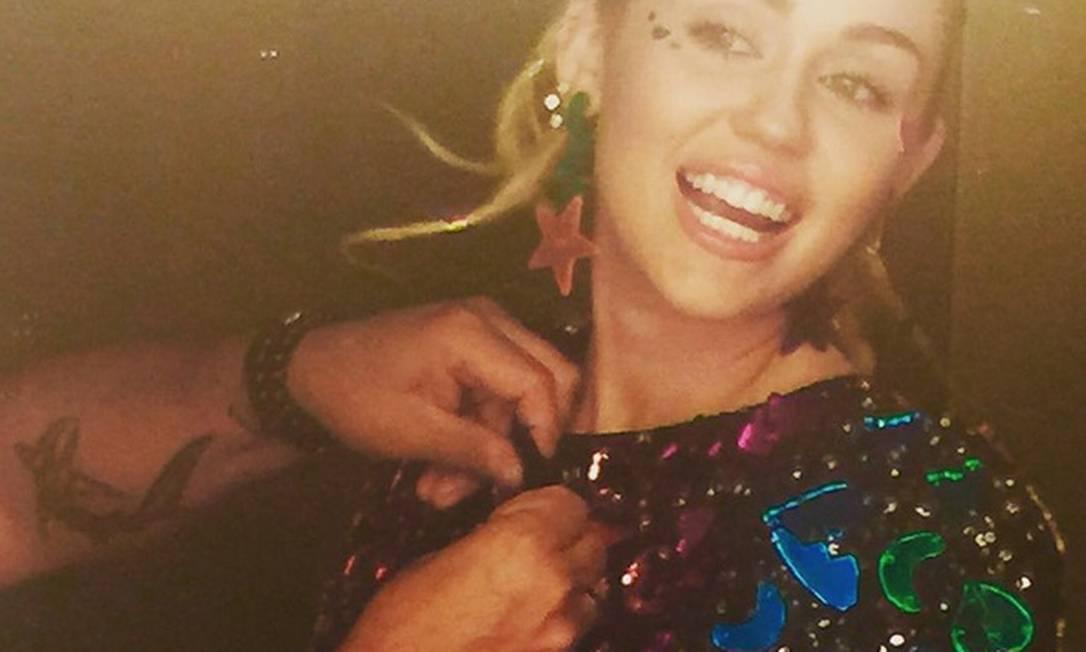 Miley ajustando o figurino Reprodução/ Instagram