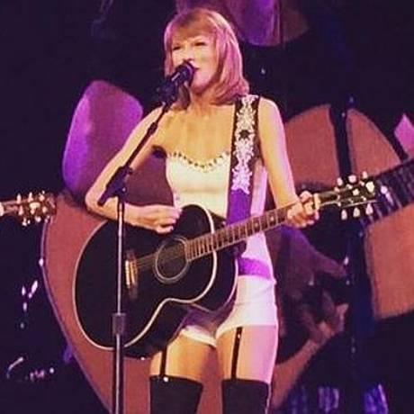 Taylor Swift e Lisa Kudrow em show em Los Angeles Foto: Reprodução
