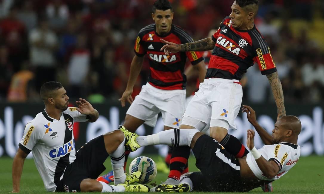 Disputa de bola no jogo entre Vasco x Flamengo no Maracanã Alexandre Cassiano / Agência O Globo