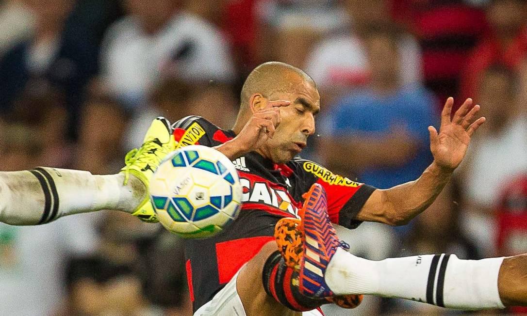 Emerson em disput de bola no Maracanã Daniel Marenco / Agência O Globo