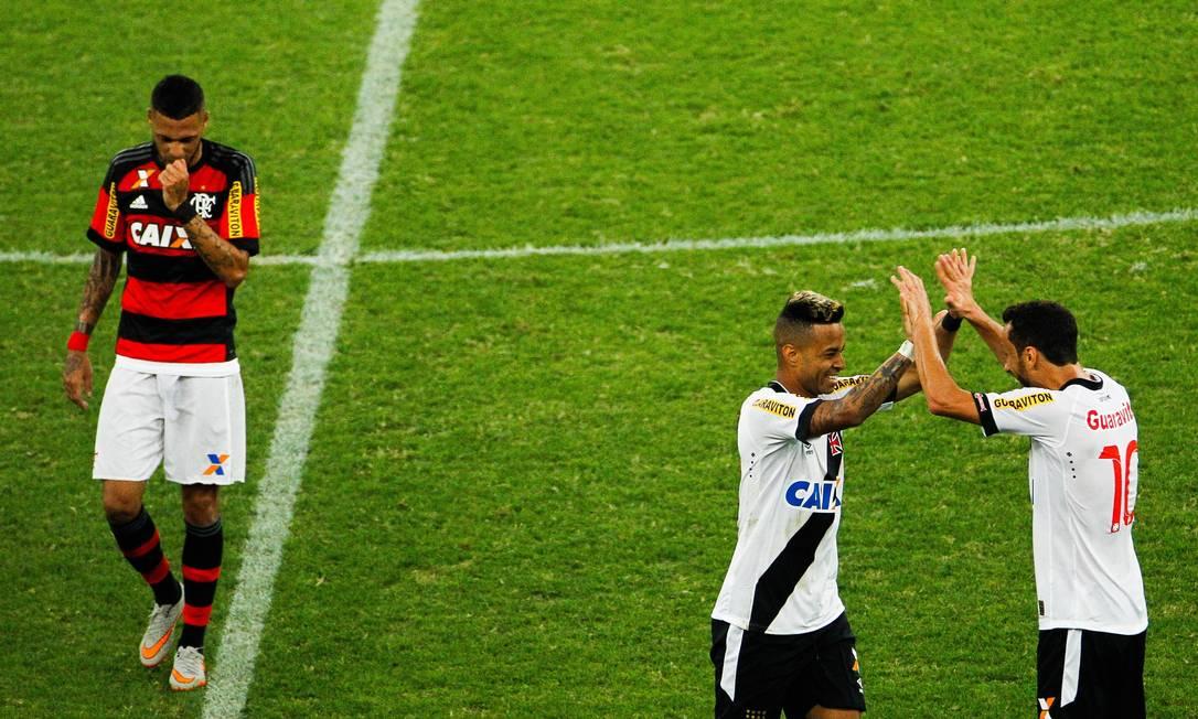 Jogadores do Vasco comemoram a classificação do time às quartas de final da Copa do Brasil Guilherme Leporace / Agência O Globo