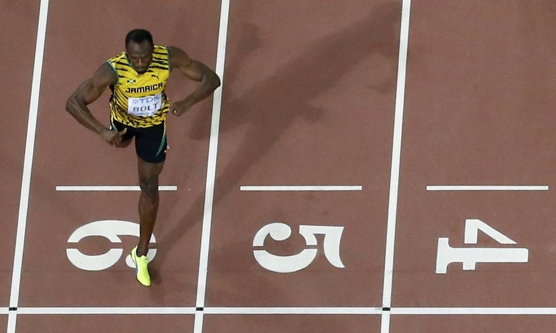 Usain Bolt cruza a linha de chegada e vence os 200 metros no campeonato mundial de atletismo em Pequim PAWEL KOPCZYNSKI / REUTERS