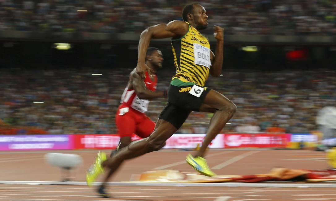 Usain Bolt a frente de Justin Gatlin nos segundos finais da prova do 200 metros vencida por ele em Pequim DAMIR SAGOLJ / REUTERS