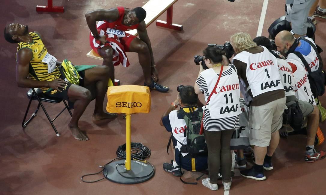Usain Bolt e Justin Gatlin descasam após competirem os 200 metros no Campeonato Mundial de Ateltismo em Pequim KIM KYUNG-HOON / REUTERS