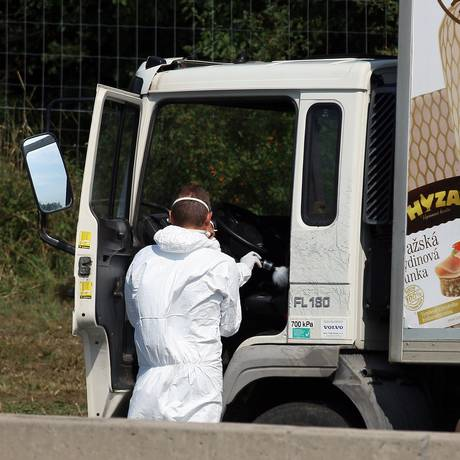 Caminhão foi achado abandonado no acostamento, e cheiro forte surpreendeu motoristas por perto Foto: Ronald Zak / AP