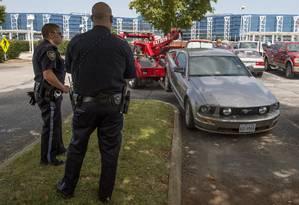 Polícia de Roanoke confere carro de Vester Lee Flanagan, encontrado em aeroporto Foto: Don Petersen / AP
