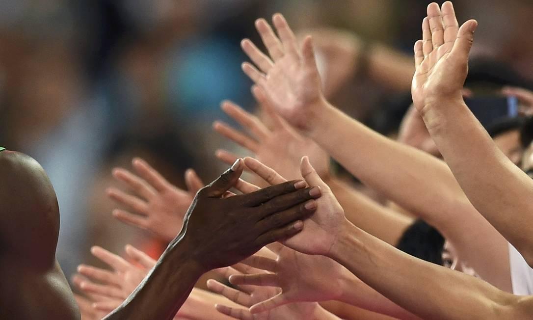 O velocista Usain Bolt celebra com o público no Ninho do Pássaro depois de vencer a prova de 200 metros no campeonato mundial de atletismo na China DYLAN MARTINEZ / REUTERS