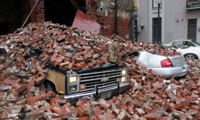 Destruição. Escombros sobre carros em Nova Orleans após o furacão Katrina atingir a Costa da Louisiana: a maioria dos moradores deixou a cidade mas dez mil se refugiaram no Superdome, onde parte do teto desabou Foto: Dave Martin 29/08/2005 / AP