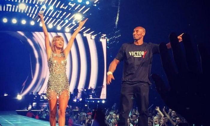 Kobe Bryant presenteou a cantora com um banner Foto: Reprodução Instagram