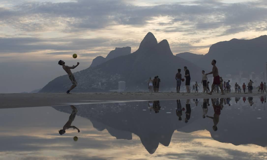 Alta estação? Fim de tarde na praia do Arpoador. Foto: / Agência O Globo / Márcia Foletto
