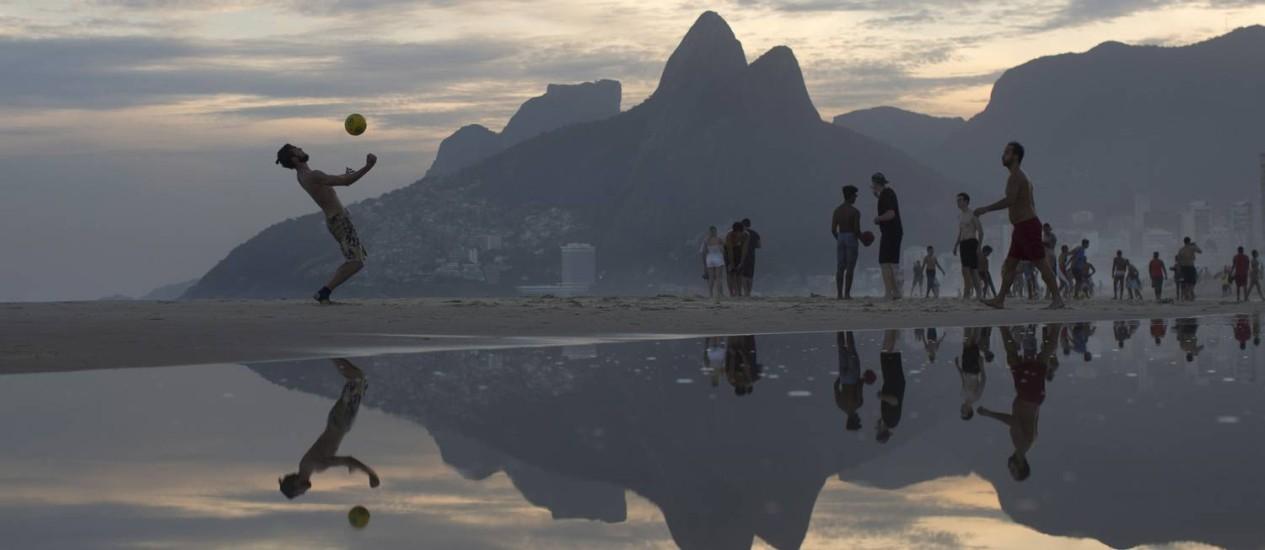 Alta estação? Fim de tarde na praia do Arpoador. Foto: Agência O Globo / Márcia Foletto