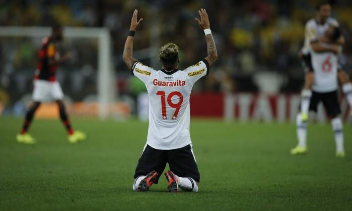 Rafael Silva ergue as mãos aos céus para comemorar a classificação vascaína contra o Flamengo, na Copa do Brasil Foto: Alexandre Cassiano / Agência O Globo