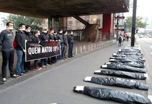 Grupo organiza ato em memória às 19 vítimas da chacina de Osasco e Barueri enfileirando sacos plásticos em formato de corpos na frente do Masp, na Avenida Paulista Foto: ONG Rio de Paz / Divulgação