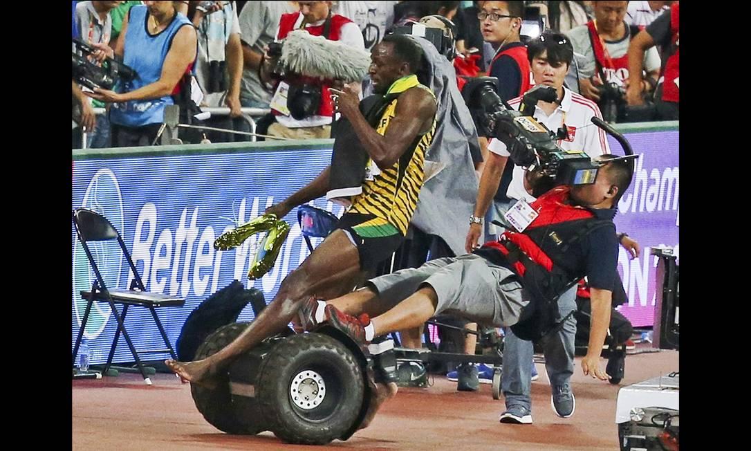 Usain Bolt é atingido por um cinegrafista a bordo de um veiculo Segway usado pelo profissional da tv. CHINA STRINGER NETWORK / REUTERS
