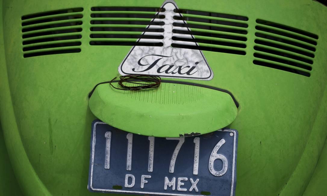 """Detalhe de um fusca taxi em um ferro-velho na cidade do México. O clássico """"besouro"""" da Volkswagen foi produzido até 2003, em Puebla e é conhecido no México como """"vocho"""" Sofia Jaramillo / AP"""