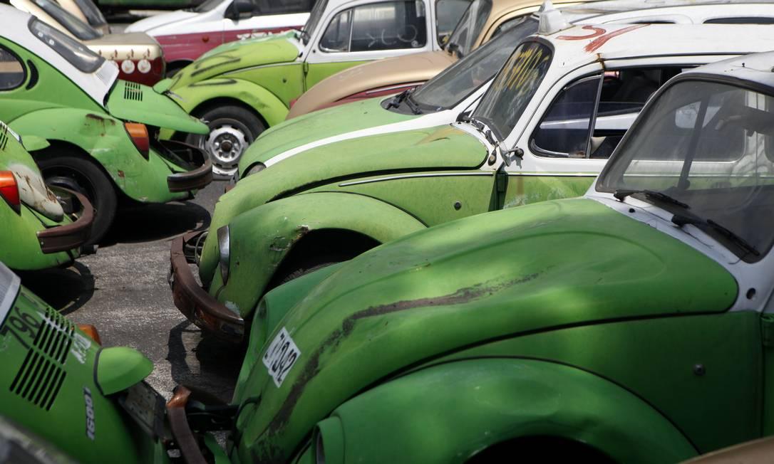"""Carcaças de fuscas em um ferro-velho na cidade do México. O clássico """"besouro"""" da Volkswagen foi produzido até 2003, em Puebla e é conecido no México como """"vocho"""". Em 2006 metade da frota de taxis era de fuscas com cerca de 50.000 carros operando. Em 2012 seu uso foi descontinuado para atender questões ambientais de emissões de poluentes Sofia Jaramillo / AP"""
