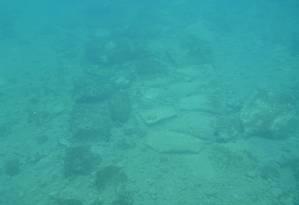 Superfície pavimentada faz parte do complexo de 12 mil metros quadrados descoberto na costa do Peloponeso Foto: DIVULGAÇÃO
