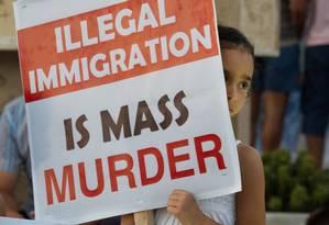 Menina segura cartaz contra imigração ilegal em protesto na cidade líbia de Zuwara Foto: Mohamed Ben Khalifa / AP