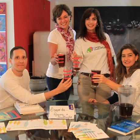 A coordenadora Adriana Fóz (à direita), com parte da equipe do Cuca Legal, que leva a educação emocional para professores do ensino fundamental no estado de São Paulo Foto: Marcos Alves / Marcos Alves