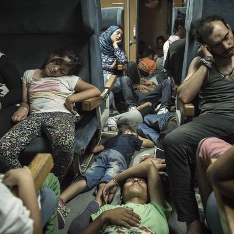 Em fuga. Refugiados a bordo de um trem na travesssia da Grécia até a fronteira da Macedônica com a Sérvia Foto: The New York Times/26-8-2015