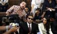 Mohamed Fahmy (centro), Baher Mohamed (à esq.) e a advogada Amal Clooney falam à imprensa antes do anúncio do veredicto em uma corte no Cairo