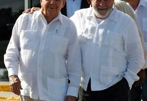 Em visita a Cuba em 2011, Lula se encontra com o presidente Raul Castro Foto: STR / AFP
