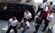 Quatro suspeitos são escoltados pela polícia húngara na corte de Kecskemet