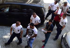 Quatro suspeitos são escoltados pela polícia húngara na corte de Kecskemet Foto: ATTILA KISBENEDEK / AFP