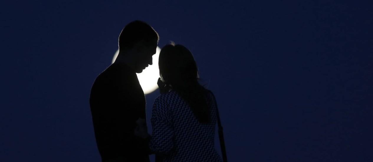 Casal observa a Lua na noite deste sábado em Novogrudok, na Bielorrússia Foto: Sergei Grits / AP