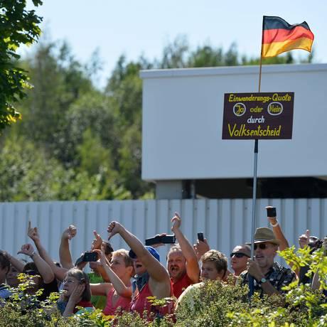 Revolta. Manifestantes anti-imigração protestam contra visita da chanceler federal a um abrigo de refugiados em Heidenau, dias após ataque xenófobo Foto: TOBIAS SCHWARZ / AFP/26-8-2015