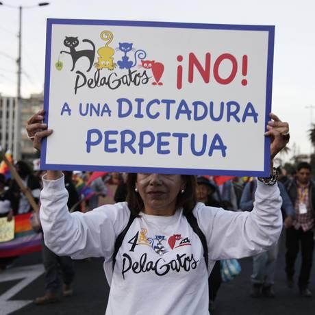 Grito. Manifestantes marcham em Quito contra projeto de reforma constitucional que permitiria a Correa buscar um quarto mandato, em 2017: duas semanas após grande protesto na capital, mais de 60 ativistas continuam detidos Foto: Ana María Buitron / AP/21-8-2015