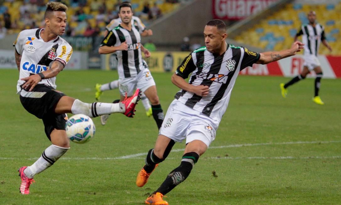 Rafael Silva fura em bola. O Vasco perdeu muitas chances contra o Figueirense Pedro Kirilos / Agência O Globo