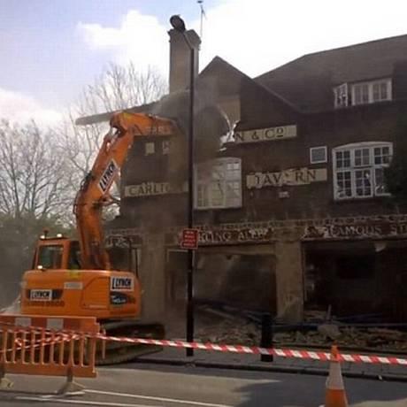 Ainda se pode ler o letreiro da fachada no que ficou de pé do velho edifício Foto: Reprodução Facebook
