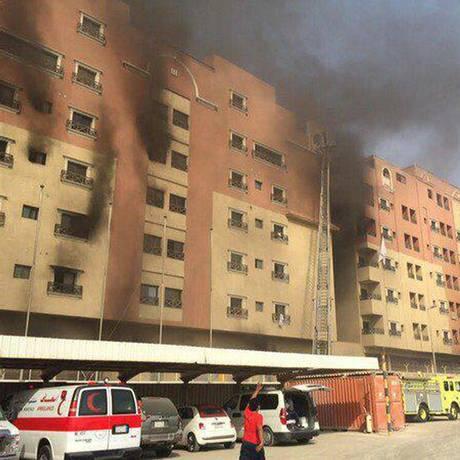 Coluna de fumaça sobe de prédios incendiados na cidade de Khobar Foto: Uncredited / AP